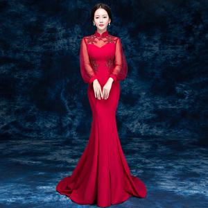 新娘礼服红色敬酒服一字领图片