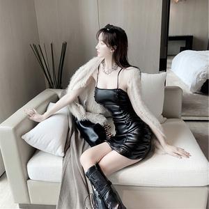 2020秋季新款修身显瘦褶皱裙子气质PU皮吊带连衣裙包臀皮短裙女装