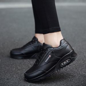 全黑色工作鞋女皮面防水廚房酒店上班防滑運動休閑軟底氣墊旅游鞋