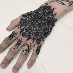 花体字手指纹身图片