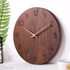 北欧黑胡桃?#30340;?#25346;钟 客厅现代简约家用静音 原木质时钟表卧室创意
