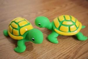 安飞。游泳摆件宝宝玩偶玩具鸭子乌龟玩具捏捏响玩水玩沙玩偶喷水