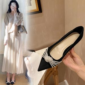 2021春季新款單鞋小香風絨面珍珠蝴蝶結低跟尖頭淺口平底黑色女鞋