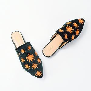外贸大码2019春季新款2019天鹅绒丝绒刺绣拼色平底尖头包头女拖鞋