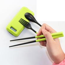 Рок шаг на открытом воздухе сложить посуда три образца путешествие установите палочки для еды вилка и ложка