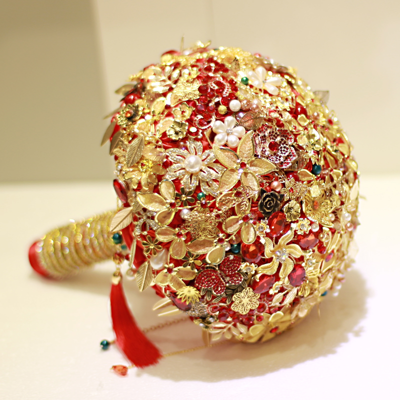 The high-end custom-made Chinese bride holds a red-gold wedding bouquet of phoenix-gold rubies
