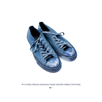 There is a blue old cloth shoes (blue dyed old thorn patch low to help canvas shoes)
