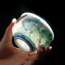 Liu Zhixi master of ceramic art at the Central Academy of Fine Arts has a pure hand-painted cup of tea.