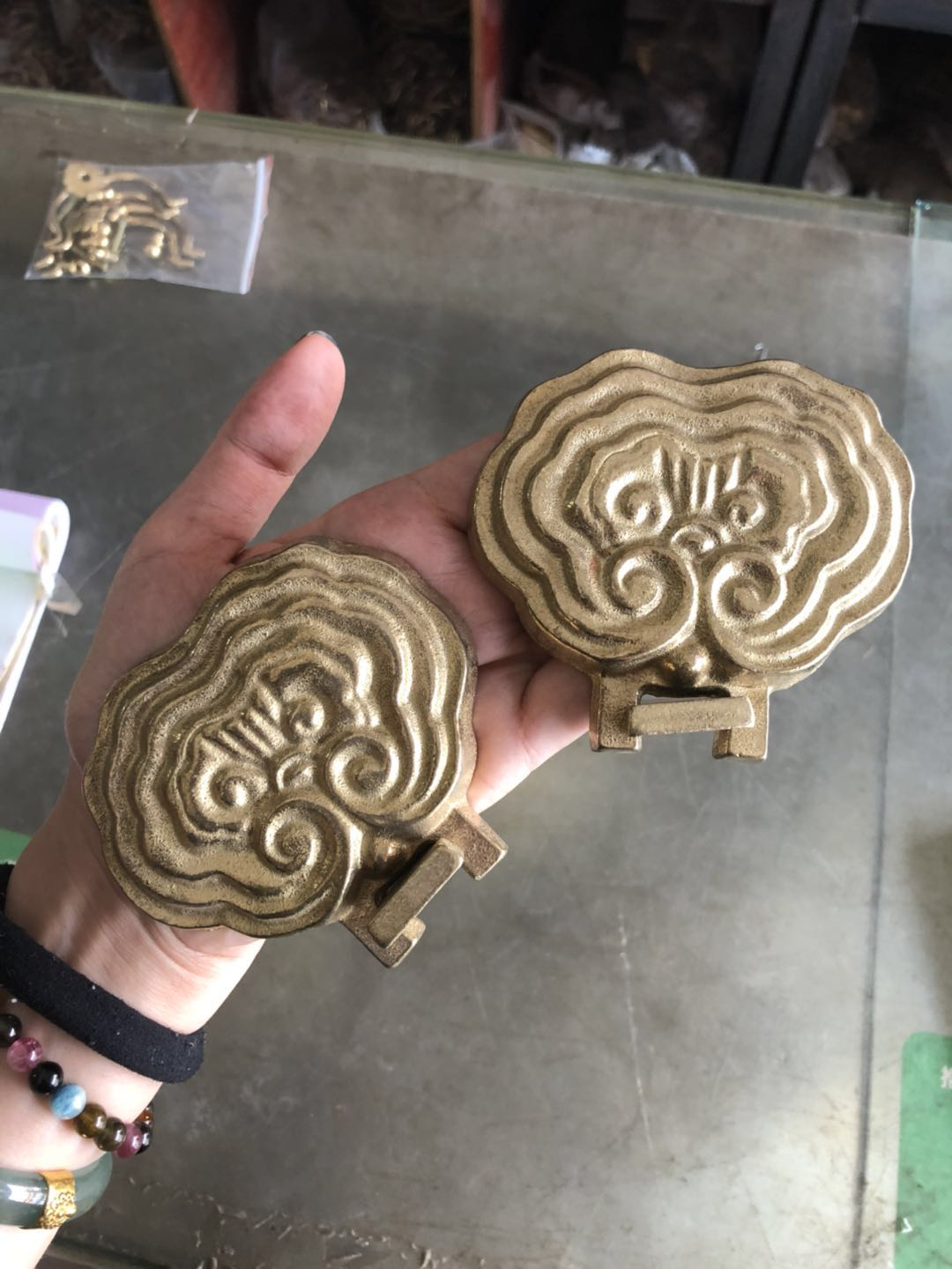 Solid wood plaques are set to make door-head signboards and bronze accessories retro support copper support copper support a pair of fittings