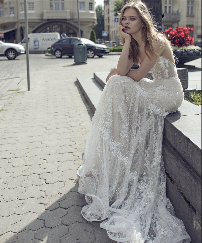 The 2021 new luxury V-neck minimalist tug-of-arms showed off her lean back in an outdoor lawn light wedding dress