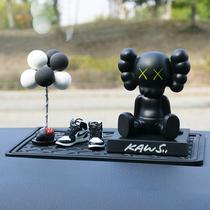 Ins mode créatif voiture centre console décoration personnalisé Internet célébrité KAWS secouant tête poupée voiture décoration intérieure