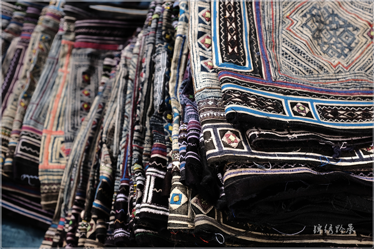 Old batik strips, old embroidery pieces, 112 cm in length and 38 cm in width at both ends, etc. + _________.