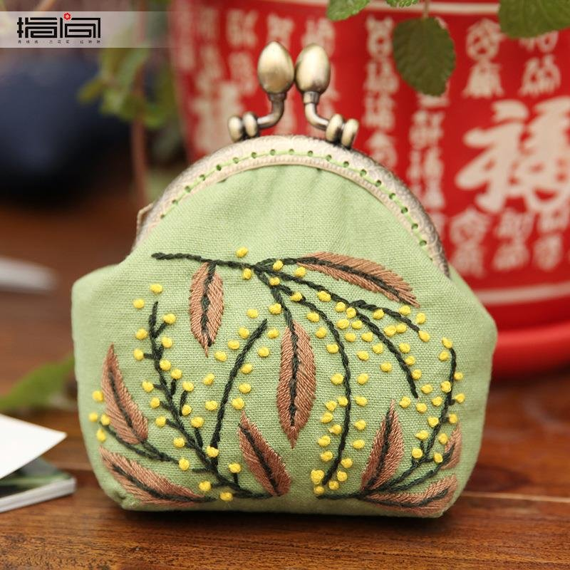 Handmade embroidery DIY mouth pocket pocket material bag creative production of three-dimensional adult embroidery cute small wallet girl