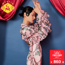 The original design of a long cheongsam in the autumn pattern of the dense fan