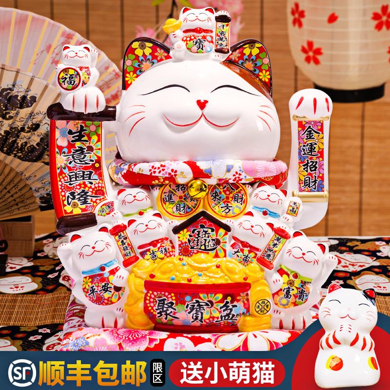 Le chat surdimensionné pose de l'ouverture vacillante de magasin de main pour envoyer des cadeaux au salon à la maison de réception de caisse enregistreuse pour faire un chat de fortune