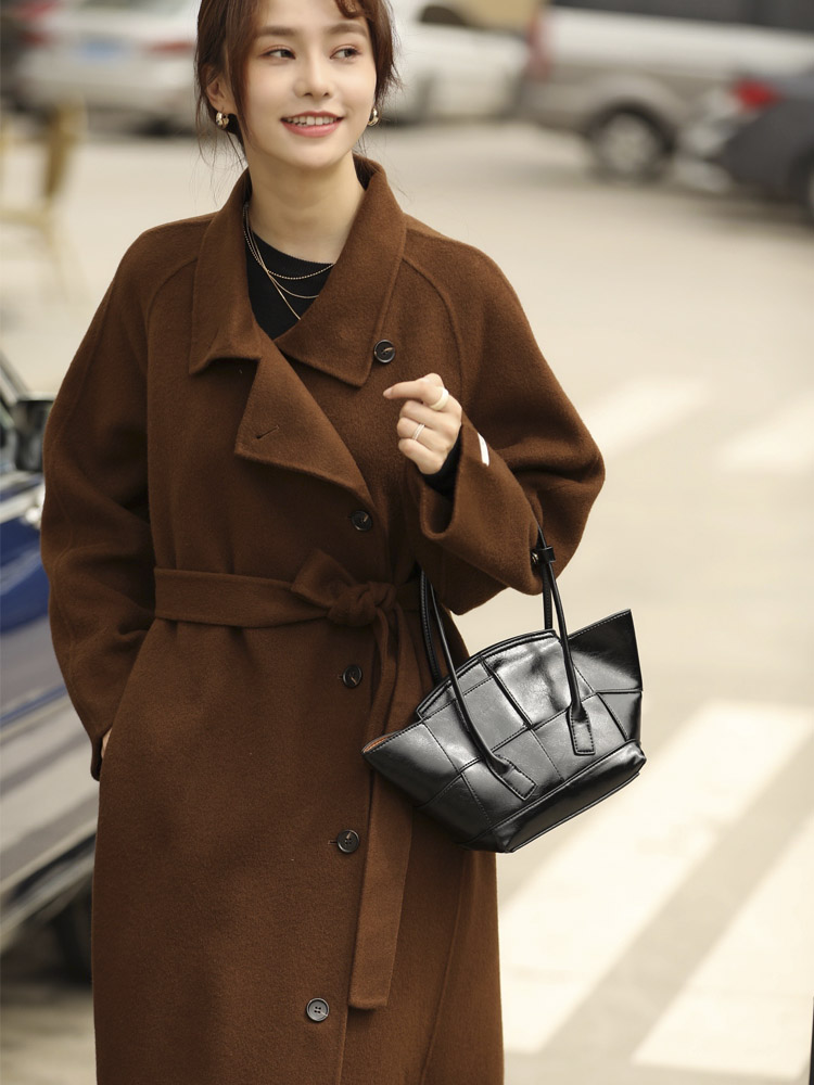 The new winter brown double-sided cashmere coat for 2020 features a knee-high belt long-sleeved fur coat