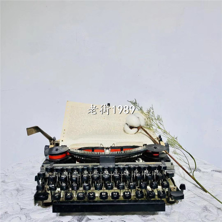 Old-fashioned flying fish hero long empty card typewriter metal typewriter old typewriter house soft-packed movie props